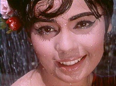 """Im Lied """"Meri Jaan Tumpe"""" steht ihr Sharmila übrigens kaum nach - im halbdurchsichtigen schwarzen Sari sorgt sie für elegante Erotik. - sawankighata-1"""